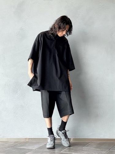 黒プルオーバーシャツ×ワイドショーツ
