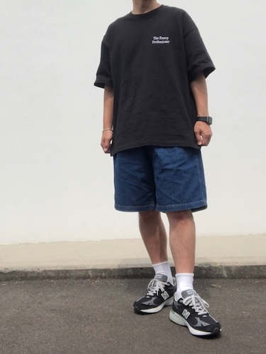 黒ワンポイントロゴTシャツ×ワイドショーツ